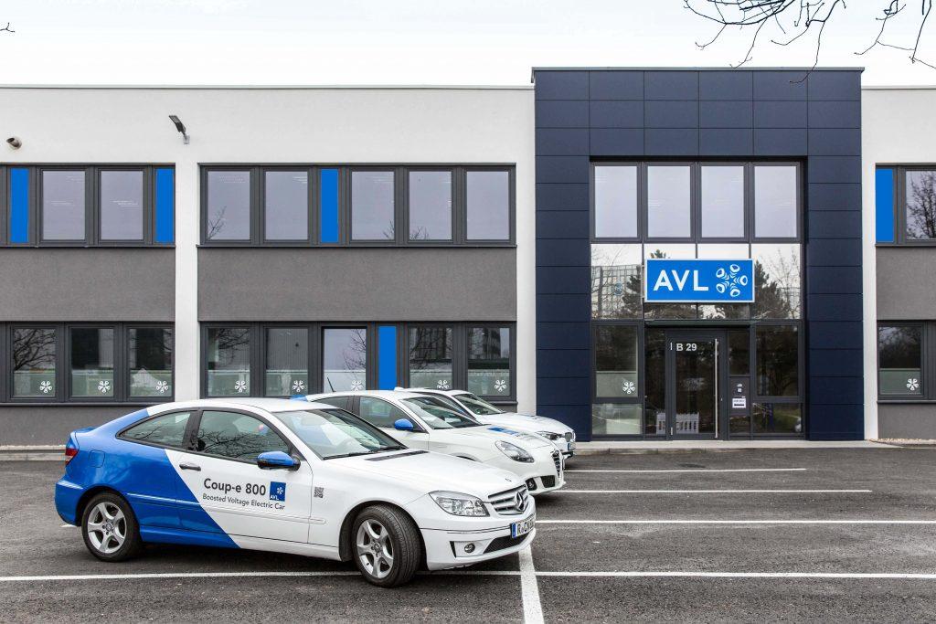 AVL Coup-e 800 vor Gebäude Regensburg
