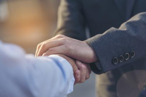 Handschlag zweier Menschen